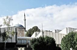 Auf der albanischen Seite: Museum Mazedoniens und Moschee