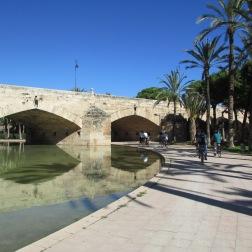 Viele Brücken aus unterschiedlichen Epochen strukturieren den Park